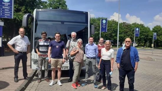 Bild vor einem Bus mit Kandidaten